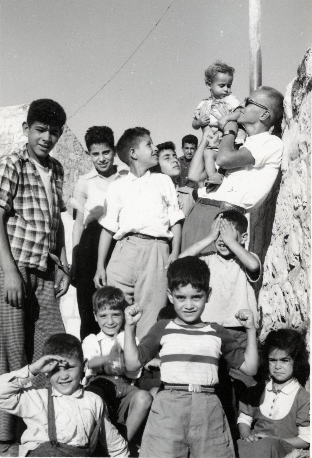 Per-Åke Strandin tillsammans med barn i Jerusalem 1959. Ur Per-Åke Strandins arkiv.