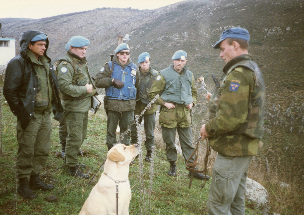 Hunden Loffe i mitten och Anders Johansson till höger