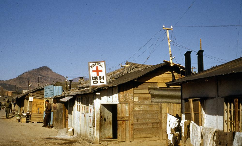Liten sjukvårdsklinik utanför Svenska Röda korsets sjukhus i Pusan  / Foto: Gösta Neander