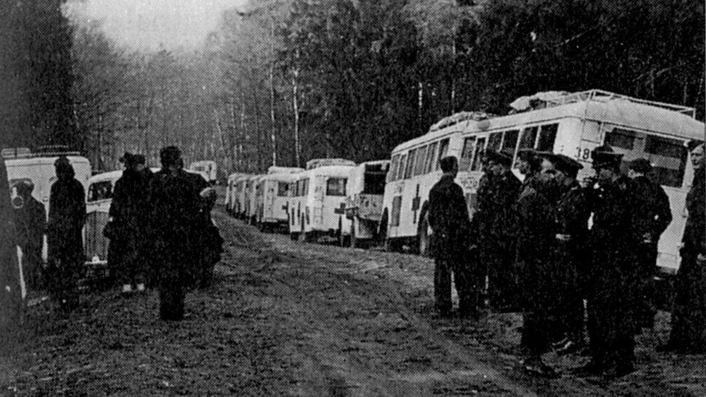 Foto från  Löjtnant Hallquists dagbok , några av de Vita bussarna som pausat längs vägen.