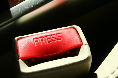 """El famoso botón rojo acompañado de su instrucción: """"Press"""""""