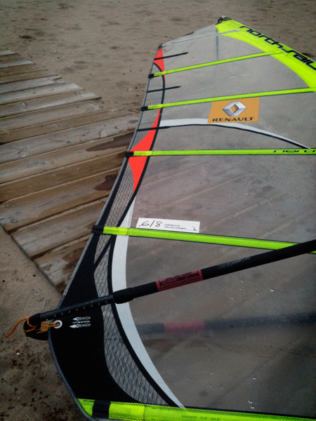 Seisdeagosto.com en una vela de windsurf