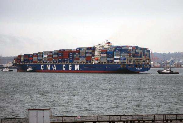 Remolcadores en acción en un puerto cualquiera