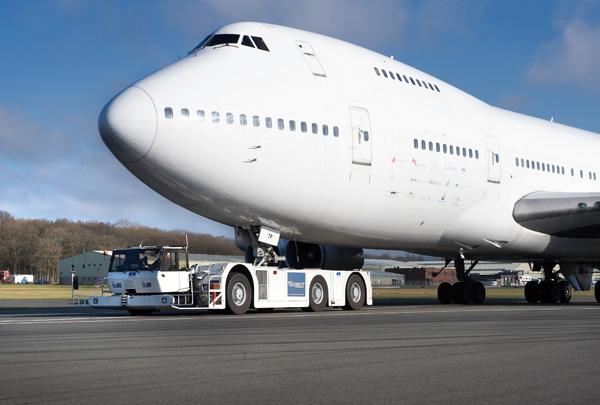 Remolcador de aeropuerto en plena faena.