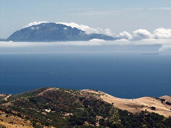 El Estrecho de Gibraltar con Jbel Mossa al fondo, en Marruecos