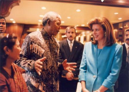 Nelson Mandela, presidente honorario de UWC durante su vida, y la Reina Noor de Jordania, presidente de UWC