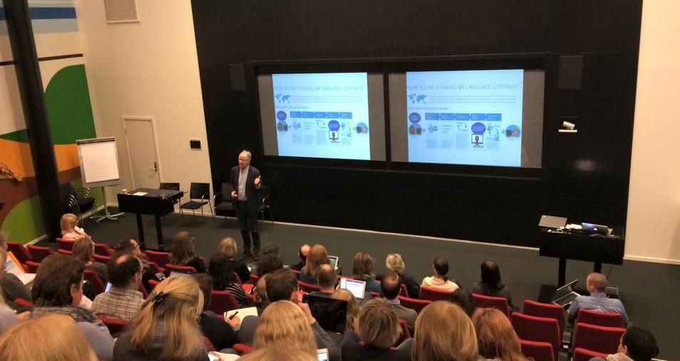 Arne Krokan lærer hele salen å bruke talefunksjon i sms på REN møte.En ekte digitalmisjonær. Foto: Linda Meskestad