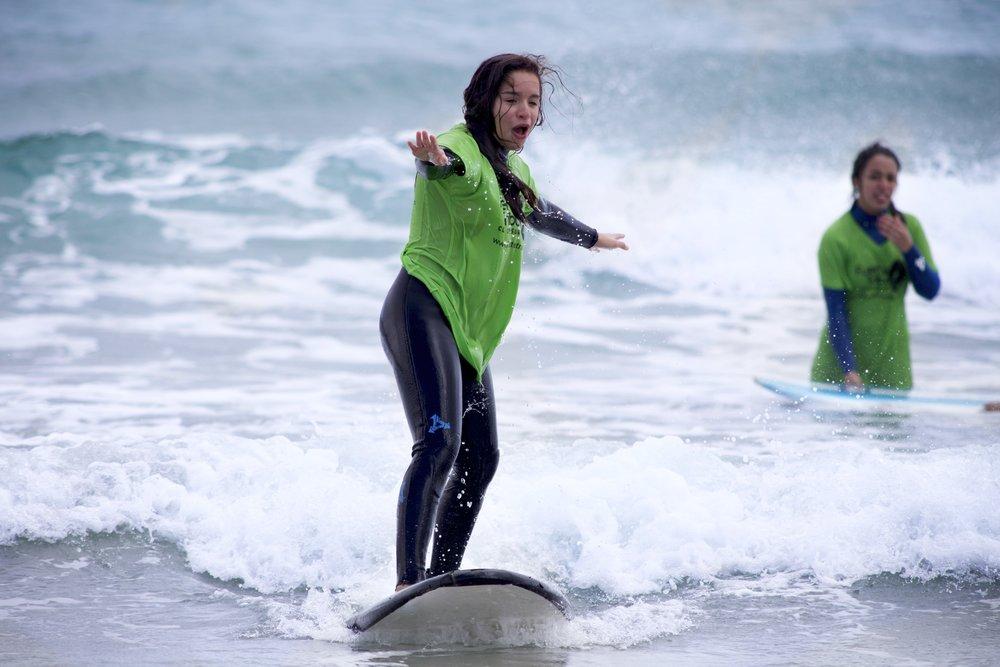....Cursos de surf..Surf lessons..Lezioni di surf.... - ....desde 38€/día..from 38€/day..TARIFFE A PARTIRE DA 38€/GIORNO........Sea cual sea tu nivel de surf, tenemos el curso que se adapta a tus necesidades. Nuestros instructores harán de ti un surfista, en menos que canta un pez gallo..Whatever your level is, we have a course for you; beginner, intermediate or advanced. Our professional instructors will help you reach the next level..Qualunque sia il tuo livello, abbiamo un corso per te; principiante, intermedio o avanzato I nostri istruttori professionisti ti aiuteranno a raggiungere il livello successivo....