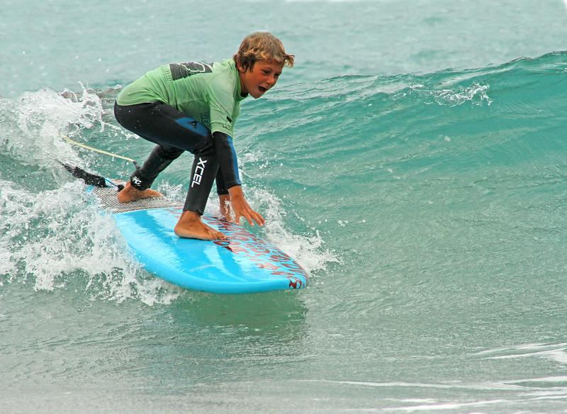 ....Surf infantil..Surfing for kids..Surf per i bambini.... - ....desde 38€/día..from 38€/day..TARIFFE A PARTIRE DA 38€/GIORNO........Los niños tienen su propia forma de aprendizaje, basada en la diversión y la experimentación; muy diferente a la de los adultos. En Fuerte Tribu, somos conscientes de las necesidades individuales de cada niño y nos esforzamos en darle a cada uno, la posibilidad de progresar a su propio ritmo, manteniendo los grupos reducidos, adaptados a cada nivel t poniendo especial énfasis en la seguridad y diversión..We pay special attention to the mini-kids surf group (6-8 years old)who wish to learn to surf. Young kids are very enthusiastic and sometimes naturally impressed by the power of the waves (first time they see the Atlantic ocean, young swimmers or non swimmers)In order to adapt to this specific public we limit the group to 6 kids maximum and 3 hour surf lesson/day..Prestiamo speciale attenzione ai gruppi dei più piccoli (6-8 anni) che desiderano imparare a fare surf. I bambini e i ragazzi sono sempre molto entusiasti nel volere imparare questa nuova disciplina ma spesso colpiti dalla maestosità e potenza delle onde (specialmente se è la prima volta che vedono l'oceano, o se non sono nuotatori esperti). Adattandoci ai bisogni specifici di questo particolare gruppo target, abbiamo deciso di limitare i gruppi a 6 bambini e a 3 ore di lezione al giorno....