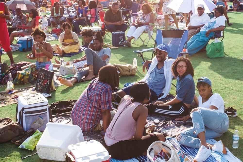 atlanta-jazz-festival-crowds-listening-to-music