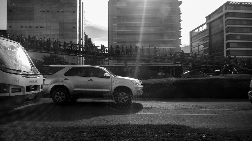 Desde el asfalto.    Los grandes centros urbanos crecen inexorablemente con los automóviles y se sumergen en trancones cotidianos. Con esta inercia, la ciudad cae en una especie de letargo, de resignación (Bogotá, 2015).