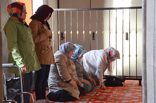 Istanbul_mosque-women