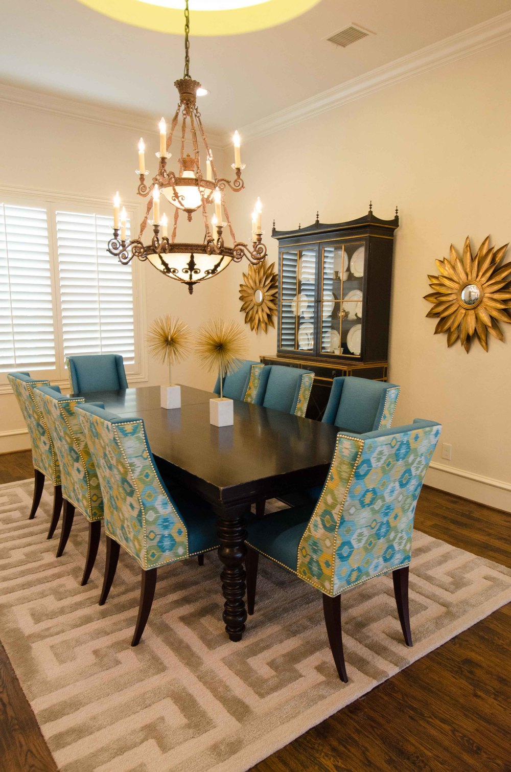 Mixing modern and traditional in a dining room
