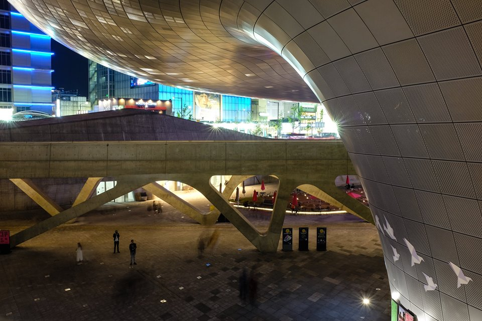 Dongdaemun Design Plaza alive at night