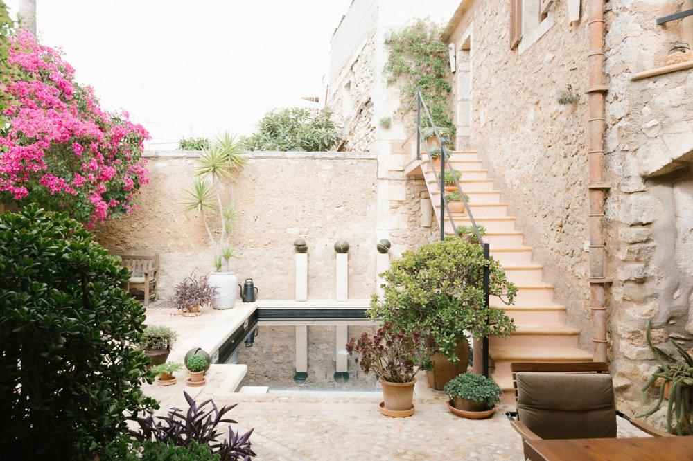 stone-courtyard-garden-mallorca-fantastic-frank-1466x977.jpg