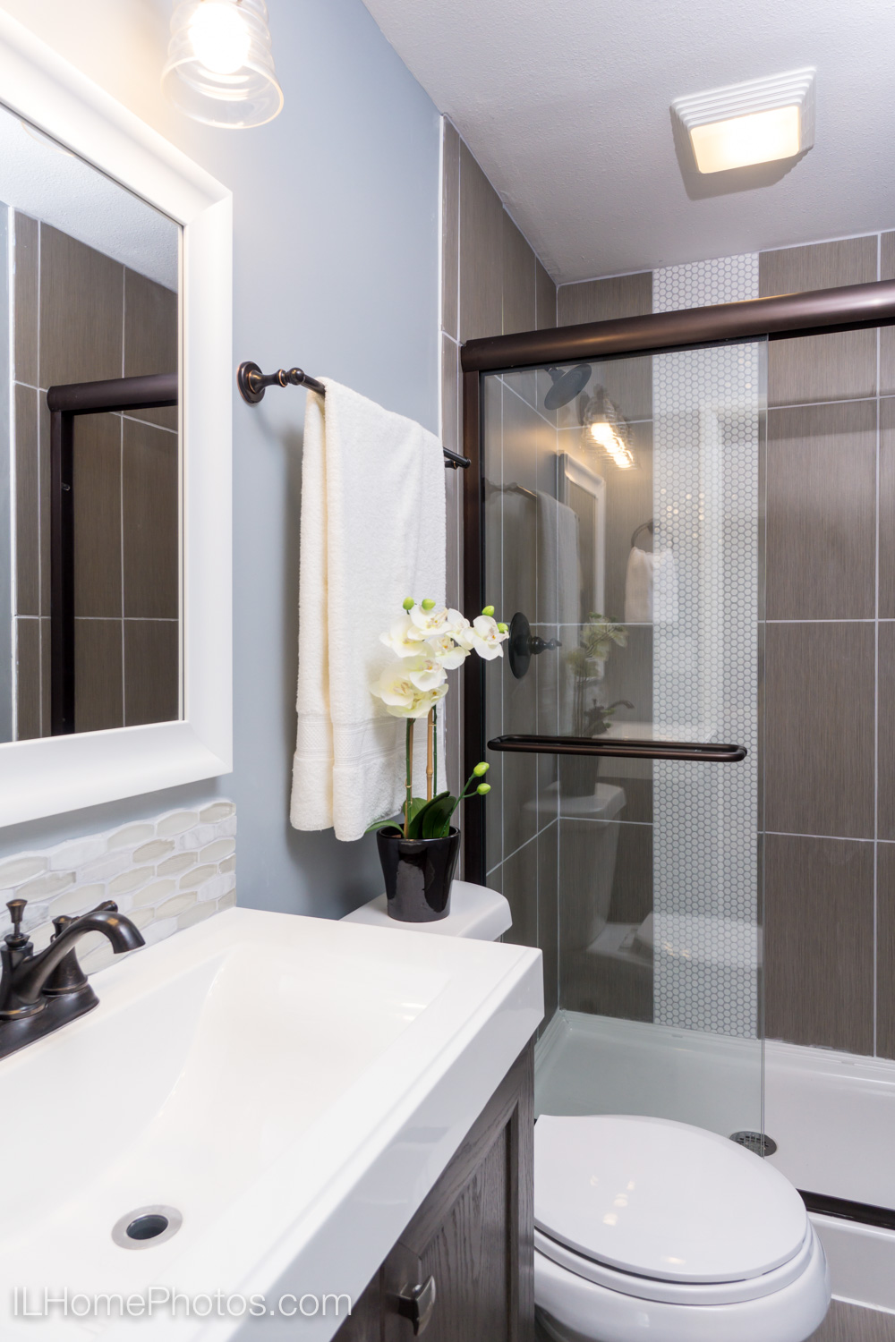 Interior bathroom photograph for real estate in Peoria, IL :: Illinois Home Photography by Michael Gowin, Lincoln, IL