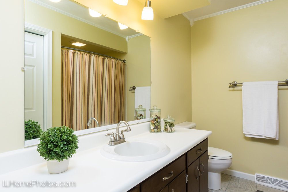 Interior bathroom photograph for real estate in Morton, IL :: Illinois Home Photography by Michael Gowin, Lincoln, IL