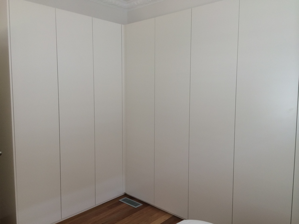 corner hinged plain door wardrobe with push to open.JPG