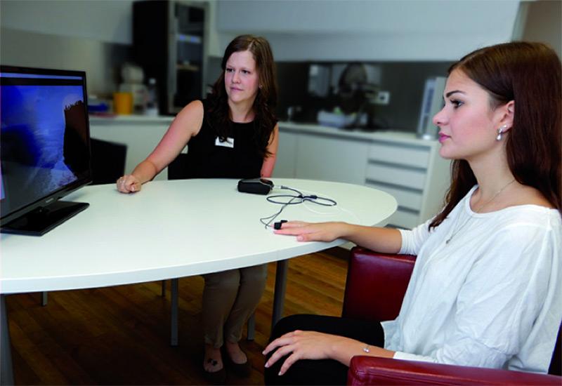 Abbildung:  Eine Patientin bei der Durchführung der Biofeedback-Therapie unter Anleitung einer Psychologin