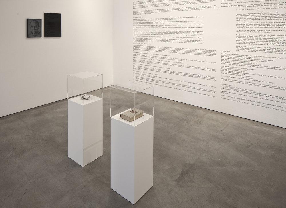 In Situ. Warum kann man Gedanken nicht sehen / Ex Situ / Prolog: Skizze einer Ausstellung. Vom Problem heute zeitgenössisch zu sein   Installation View  Galerie Thomas Schulte, Berlin, 2013