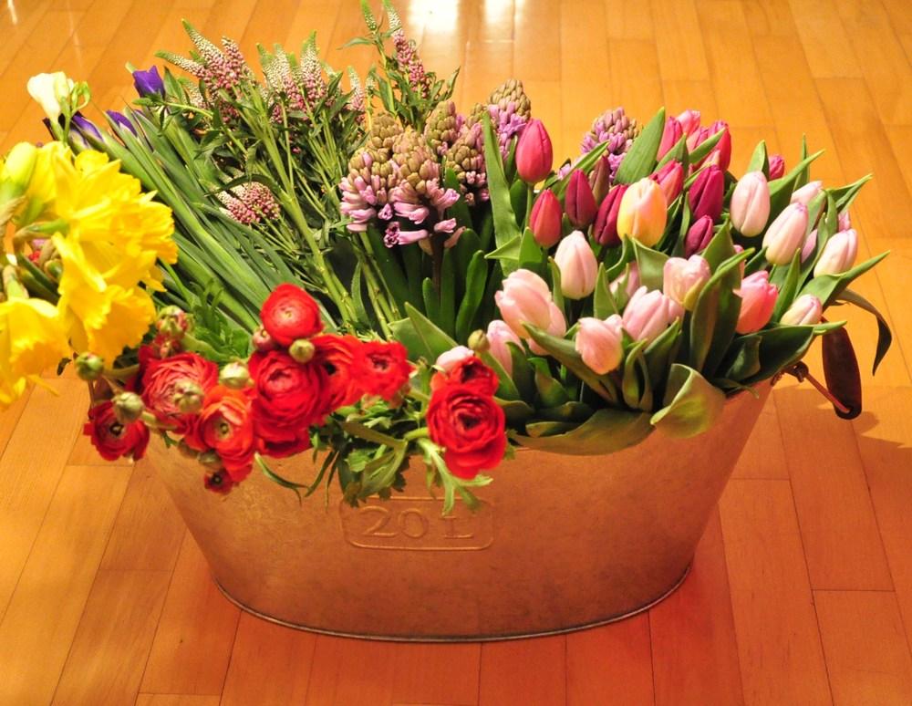 1. VÁLOGATÁS Héftő és csütörtök reggelente különböző virágpiacokon keressük a legfrissebb, legjobb minőségű virágokat. Választásunk az évszaktól, a legújabb trendektől függ, és mindentől, ami a kreativitásunkat beindítja.
