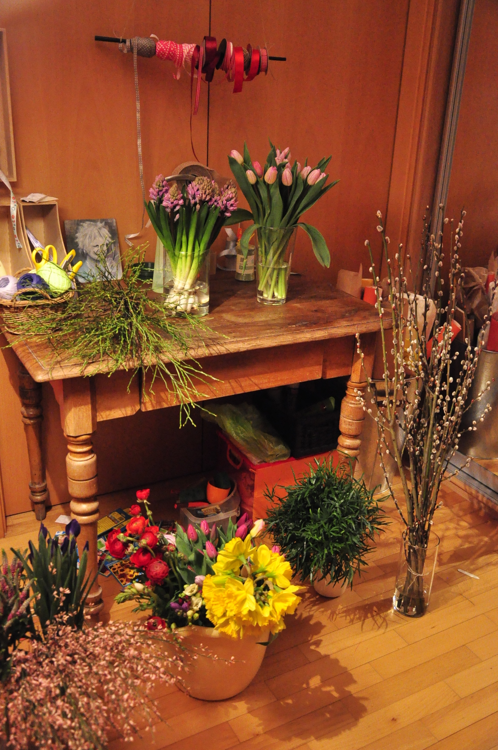 2. DESIGN, SAJÁT KEZŰLEG   A virágokat ezután a műhelyünkben saját kezűleg foglaljuk a hetente frissülő egy-két csokordesign egyikébe.  Az egyszerű, egyedi flowerMe csokrok a virágok természetes szépségét emelik ki a gyakran domináló zöld növények helyett.