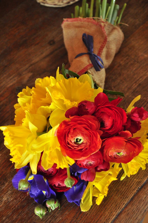 3. CSOMAGOLÁS   Tudatosan döntöttünk a kínálatunk korlátozása mellet, hogy céljainkhoz, hűen friss, szezonális virágokat használhassunk és minimalizáljuk a veszteséget.  A flowerMe csokrok csomagolásához is csak újrahasznosítható anyagot használunk.