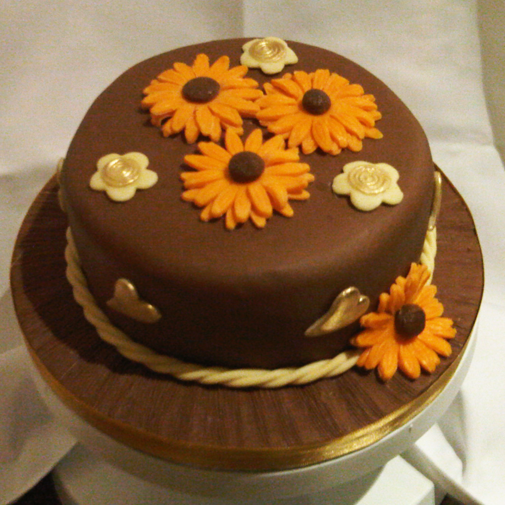 Brown Daisy Cake.png