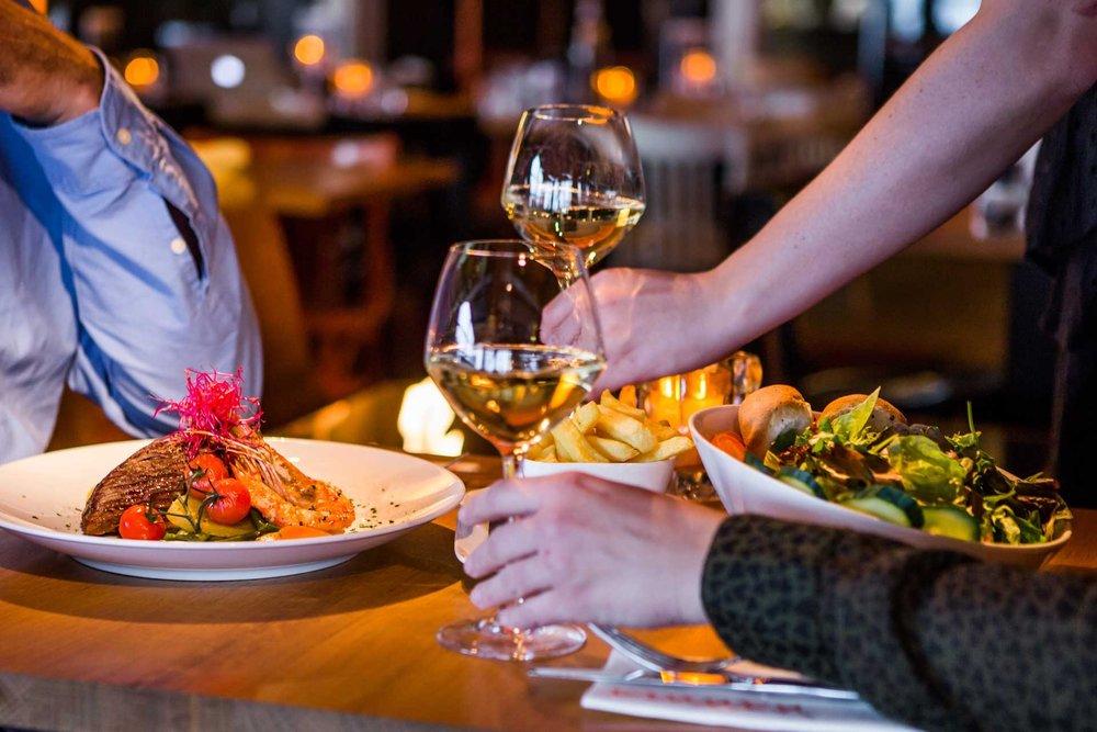 Dineren op Scheveningen - De menukaart van Grandcafé Binnen bestaat uit vis-, vlees-, en vegetarische gerechten. De keuze is zeer uitgebreid. Van een Surf&Turf met runderhaas en gamba's tot een heerlijk frisse Ceasarsalade. Speciaal voor onze kleine gasten hebben wij een aantal kindergerechten.We serveren dagelijks het diner vanaf 17:00 uur. Bent u met een groter gezelschap dan is Grandcafe Binnen ook de perfecte locatie. Ons Grandcafe is gevestigd aan de boulevard, onder het Kurhaus.Reserveren is niet noodzakelijk. Gaat u een avondje naar het theater, dan houden wij daar uiteraard rekening mee. Wij kunnen u bijvoorbeeld adviseren over het aantal gangen dat u bij ons kunt bestellen.Geeft u dit wel van tevoren bij ons aan.We hopen u en uw gezelschap graag te mogen verwelkomen.