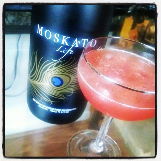 Float it on a cocktail @moskatolife #boutdatlife #dontcareifits5oclock #cocktailcreations #cocktailtherapy #moskatolife