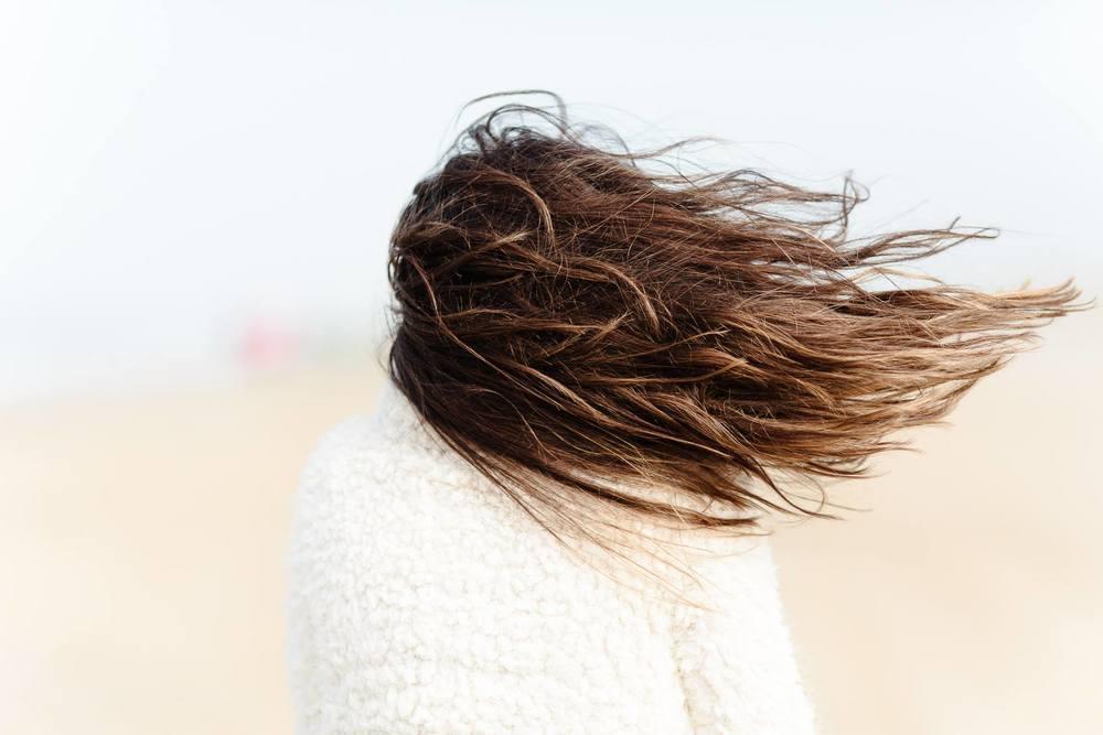 ... Haare im Wind.