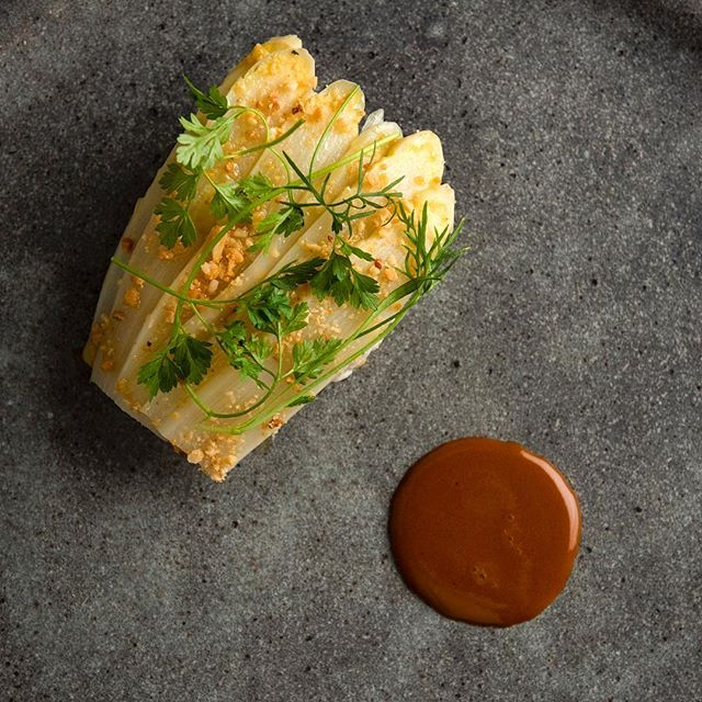 White Asparagus, Stonington, Maine peeky-toe Crab, Almond and Orange. Summer, we're ready for you 🦀 #aldea #nycrestaurant #michelinstar #michelinguide