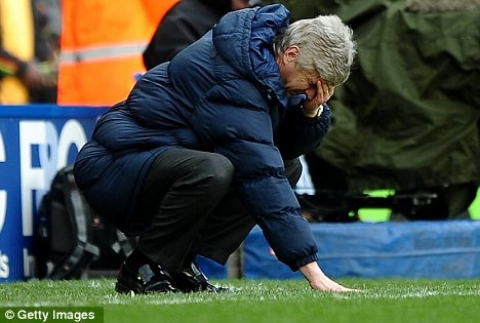 Arsene Wenger looking for his contact lens