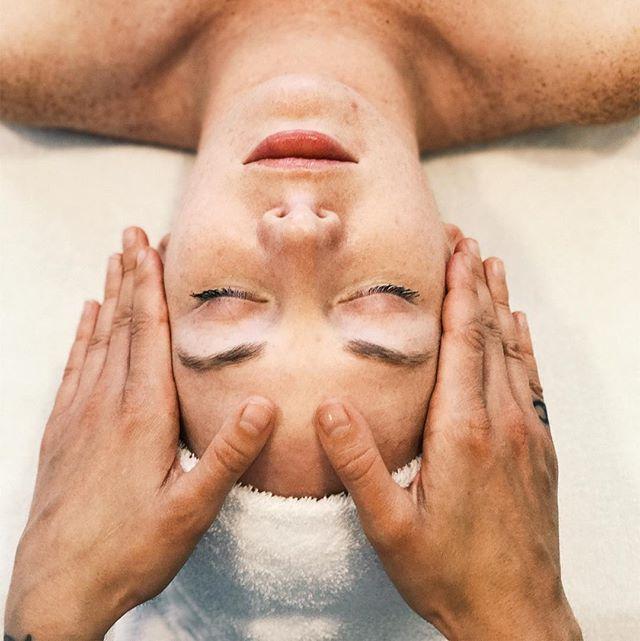✨✨I offer facials every Monday in a beautiful SF studio!✨✨ email me to book . . . #oloorea #olooreabeauty #naturalskincare #greenbeauty #cleanbeauty #facials #organicskincare #organicbeauty