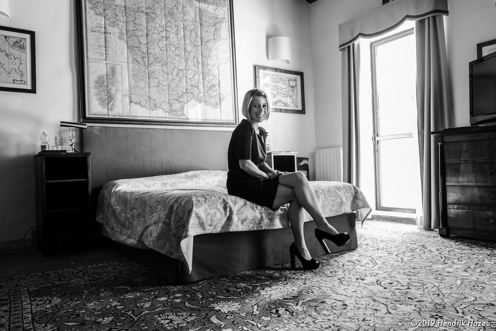 My pretty wife in our nicely decorated room in Cà Palazzo Malvasia: Fuji X-H1 with XF 18 mm @f/4, 1/15 sec