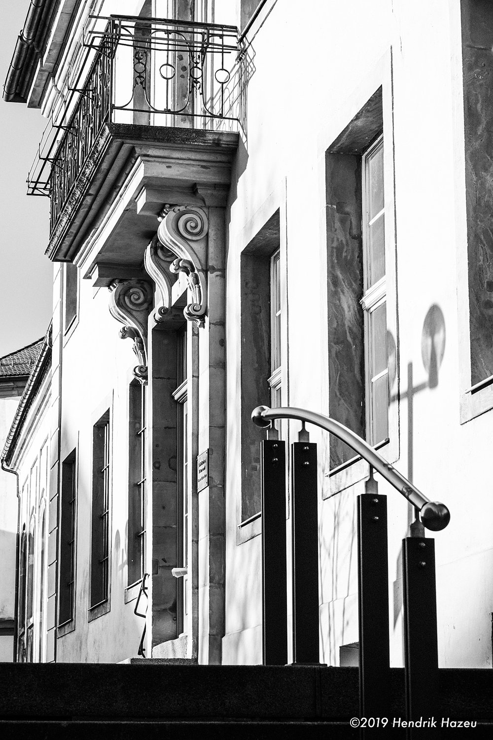 A sunlit façade in Bayreuth's town centre, Fuji X-H1 with XF 56mm f/1.2 @f/8, ACROS-R JPEG processed in LR