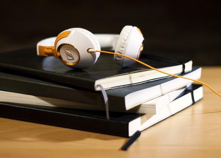 La saison du Livre audio - On vous concocte de jolis livres en studio pour vos prochaines vacances ou pour votre plaisir quotidien :)Enregistrement en cours d'une trilogie de science-fiction & d'un drame familial.Je vous en dirais plus tout bientôt !