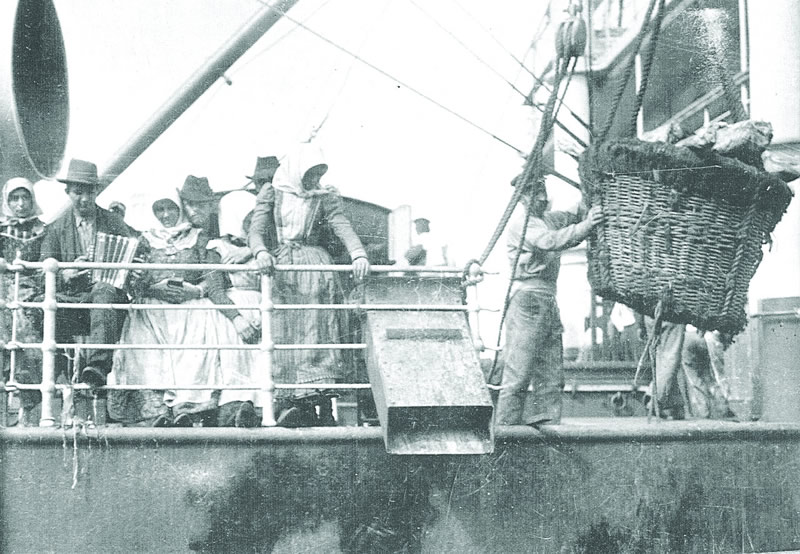 Emigrants aboard a ship of  Austro-Americana