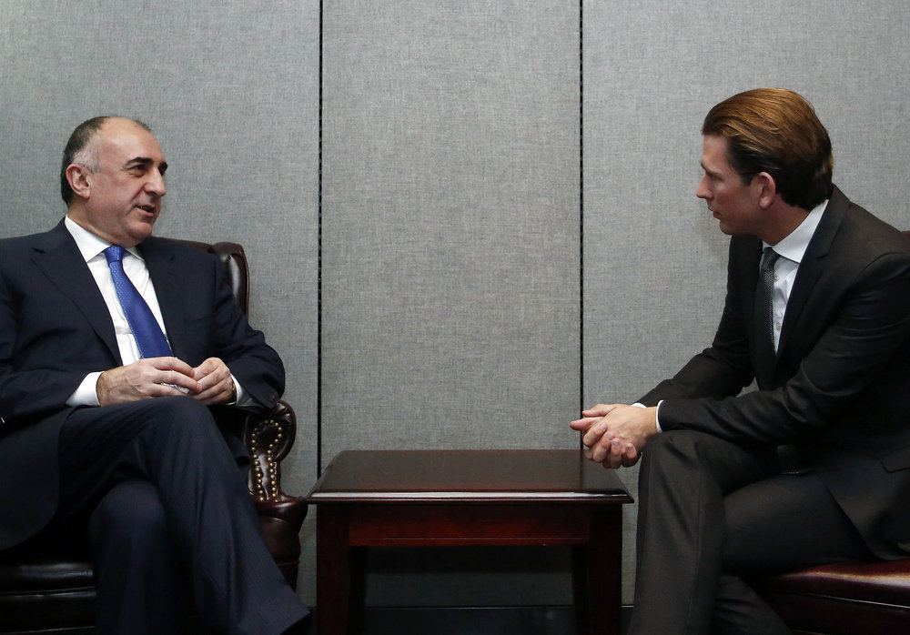 FM Kurz speaking to the foreign minister of Azerbaijan. Photo: Dragen Tatic