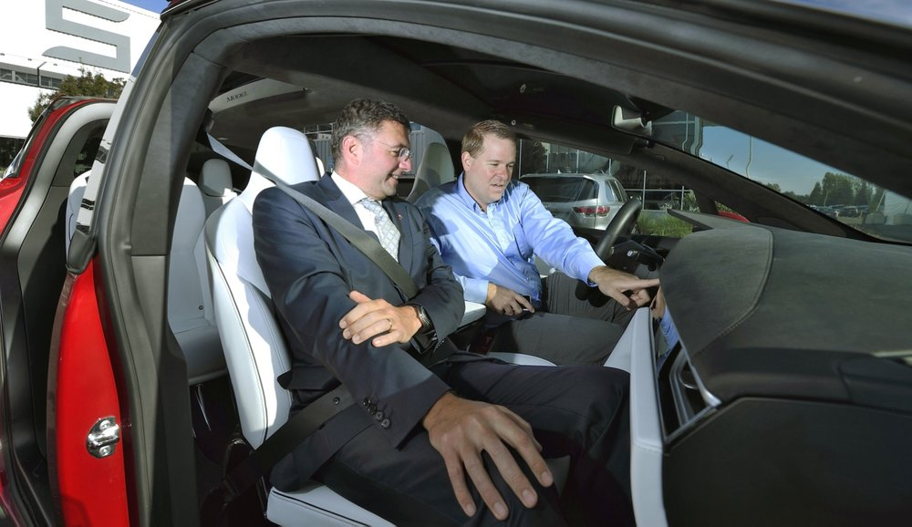 Minister Leichtfried at Tesla. Photo: BMVIT / Johannes Zinner