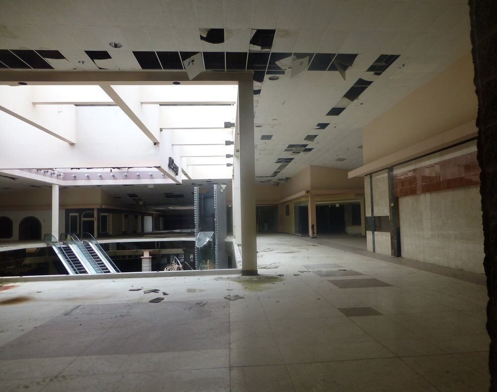 Rolling Acres abandoned mall interior, Akron, Ohio. Flickr/ Nicholas Eckhart, used under CC BY.