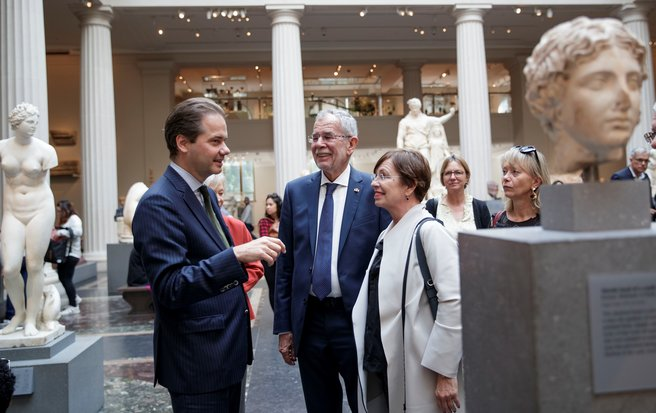 Metropolitan Museum director Max Hollein welcomes the Federal President to the museum. (c) Peter Lechner/HBF