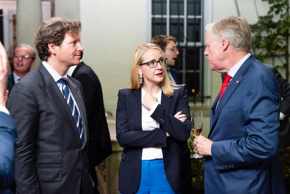 Current U.S. Ambassador to Austria Traina, Minister Schramböck, and former U.S. Ambassador to Austria William Eacho among other international guests at the Ambassador's residence (c) Philipp Hartberger