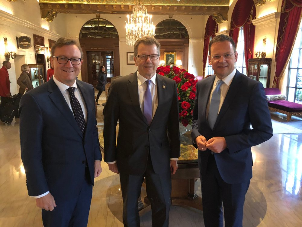The Chairmen of the Austrian Financial Market Authority Helmut Ettl (left) and Klaus Kumpfmüller (right) also had a working meeting with Ambassador Wolfgang Waldner