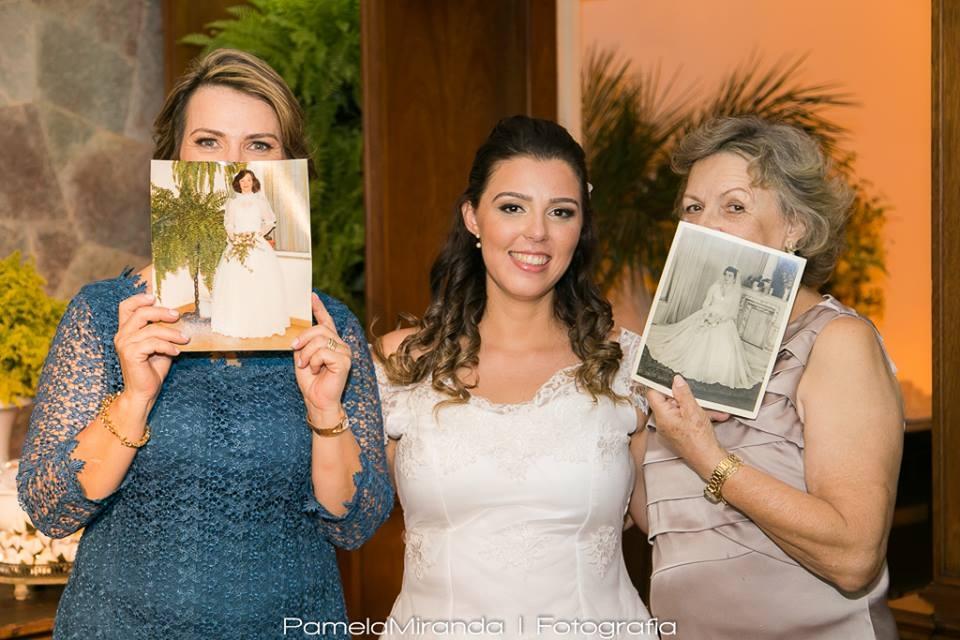 NA FOTO ACIMA, as três gerações da família com seus vestidos de noiva também produzidos pela avó da noiva. Lindo demais!!