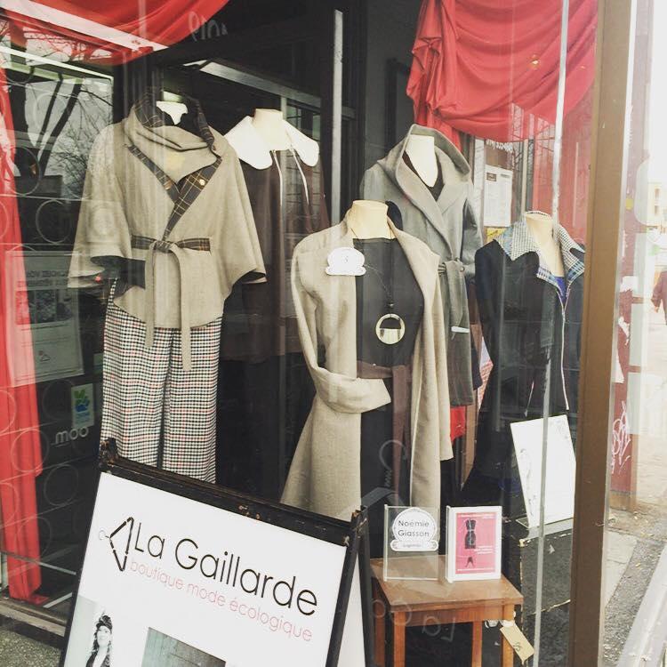 Les manteaux des 5 finalistes, présentés dans la vitrine