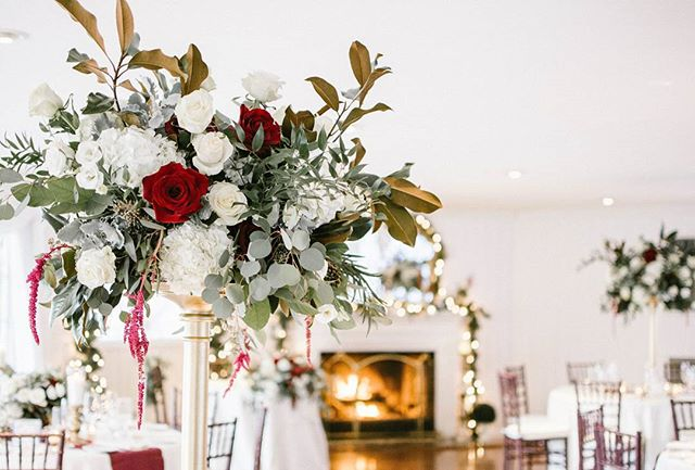 Loving the fireplace in the backdrop behind these gourgeous flowers 🤗 #eventdesign #floralinspo #flowerstagram #photographerslife #marylandphotography #picoftheday #eventinspo