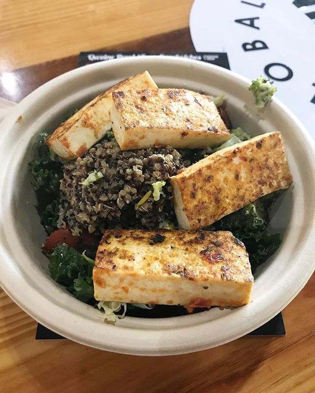Had a delicious #saladbowl this week at #qwzine. I love a vegan friendly restaurant that knows how to make tasty tofu. Delicious 😋 💕💕 . . . . #marinatedtofu #quinoa #broccoli  #whatveganseatforlunch #blackvegans #palmbeachgardens #southfloridablogger #iamvegan #southfloridavegan #floridavegan #lbloggers #lblogger #veggiebowl #vegangirl #veganfoodie #veganfoodshare #VeganAF #veggielover #blackvegansofig #whatveganseat #veganfoodies #veganlife #veganeats #misskwame76 #veganfriendlyrestaurant #veganfriendly