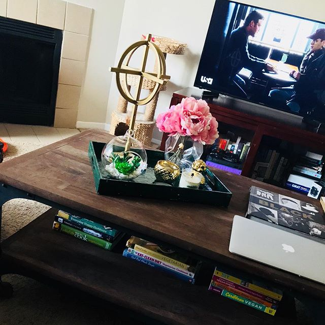 Sprucing up the coffee table - #newhobbymaybe #coffeetabledecor #livingroomdecor #decorating #decorideasforyourhome #coffeetable #homegoodsdecor #homegoodsaddict #homegoodsfinds #homegoods #virginialife #homedecorating #homedecor #decoratingisfun