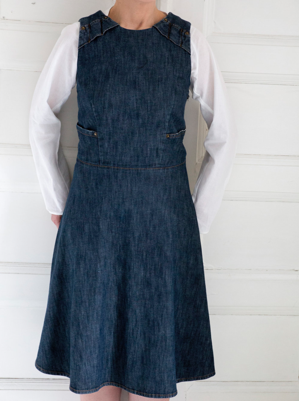 Hanna dress  Hanna dress is made of stretch cotton denim. Dress with a zip on a side has small pockets on both sides.